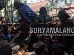 kericuhan-mewarnai-demonstrasi-mahasiswa-di-depan-gedung-dprd-kota-malang.jpg