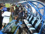 kericuhan-persela-lamongan-vs-borneo-fc-wasit-wawan-rapiko-stadion-surajaya4.jpg