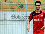 kevin-scheunemann-saat-latihan-bersama-madura-united-di-stadion-gelora-bangkalan.jpg