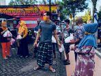 kiper-madura-united-m-ridho-djazulie-ikut-membantu-pendistribusian-paket-bantuan-di-bangkalan.jpg