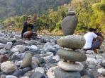komunitas-balancing-art-indonesia-memainkan-rock-balancing-di-sungai-oya-selopamioro-bantul_20180529_211116.jpg