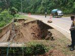 kondisi-bahu-jalan-nasional-trenggalek-ponorogo-di-km-17300-yang-ambles-akibat-longsor.jpg