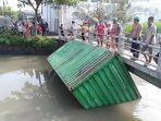 kontainer-dari-truk-yang-terlibat-kecelakaan-di-jalan-tol-sidoarjo-sempat-hanyut-di-sungai.jpg