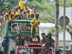 konvoi-divif-2-kostrad-sambil-naik-bus-malang-city-tour-macito_20171116_180046.jpg