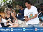 mahasiswa-asing-sedang-membuat-kerajinan-saat-berkunjung-di-kampung-ekologi-temas-kota-batu_20170718_190729.jpg