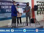 mahasiswa-ikip-budi-utomo-malang-penerima-beasiswa-memberi-donasi-pada-satgas-covid-19.jpg