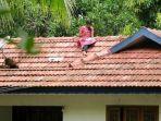 mahasiswi-india-naik-ke-atap-rumah-untuk-mengikuti-kuliah-online-susah-sinyal-virus-corona.jpg