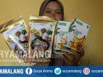 masitha-menunjukkan-produk-olahan-abon-lele-dan-keripik-pisang-bang-zay_20181024_112225.jpg