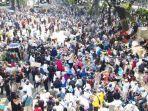 massa-aksi-di-sekitar-gedung-mahkamah-konstitusi-mk.jpg