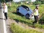 mobil-expander-nyungsep-ke-sawah-di-pinggir-jalan-raya-desa-taman-kecamatan-jrengik-sampang.jpg