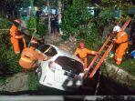mobil-honda-jazz-saat-dievakuasi-oleh-tim-rescue-pmk-surabaya.jpg