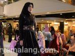 model-cantik-hijab-jilbab-fashion-show-surabaya.jpg