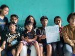 mulyono-dan-partina-saat-berfoto-bersama-anak-anaknya-di-kediamannya-di-kota-malang.jpg