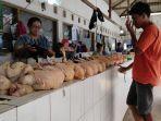musriah-pedagang-daging-ayam-di-pasar-legi-kota-blitar-sedang-melayani-pembeli.jpg
