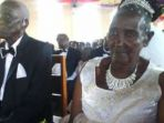 naom-perawan-berusia-83-tahun-menikahi-rwakaikara-seorang-pria-90-tahun_20180118_151905.jpg