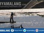 nelayan-mencari-ikan-di-waduk-rawa-klampok-di-desa-senggreng-sumberpucung-kabupaten-malang.jpg