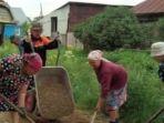 nenek-di-wilayah-pegunungan-ural-rusia-bergotong-royong-memperbaiki-jalan_20170902_100613.jpg
