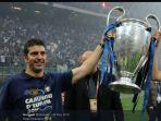 paolo-orlandoni-memegang-trofi-juara-liga-champions-bersama-inter-milan.jpg