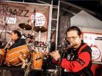 para-anggota-fusion-jazz-community-sedang-ber-jam-session_20170728_200420.jpg