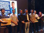para-jurnalis-pemenang-lomba-jurnalistik-kategori-online-berfoto-bersama-setelah-menerima-hadiah.jpg