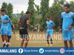 para-pemain-arema-fc-melakukan-pemanasan-jelang-latihan-di-lapangan-yonzipur_20170904_221347.jpg
