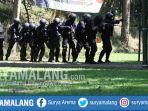 pasukan-tni-polri-simulasi-penanganan-terorisme-di-mako-brimob-ampeldento_20170518_190540.jpg