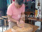 pecinta-kopi-laksono-budiarto-menunjukkan-biji-kopi-dari-desa-sidoluhur-lawang-kabupaten-malang.jpg