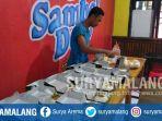pegawai-sambel-deso-kota-malang-sedang-menyiapkan-menu-untuk-pesanan_20180725_182340.jpg