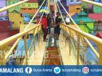 pekerja-memasang-kaca-pada-jembatan-di-kampung-warna-warni-dan-kampung-tridi-kota-malang_20170930_171446.jpg