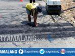 pekerja-membuat-pita-kejut-di-jalan-songgoriti-klemuk-kota-batu-rabu-2382017_20170823_133542.jpg