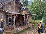 pekerja-memperbaiki-rumah-warga-terdampak-peledakan-pembangunan-bendungan-bagong-trenggalek.jpg