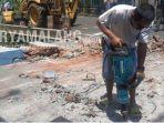 pekerja-mulai-membongkar-jembatan-yang-berada-di-depan-kantor-kelurahan-sisir-kota-batu.jpg
