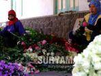 pekerja-sedang-merangkai-bunga-mawar-hasil-produksi-dari-desa-gunung-sari-kota-batu.jpg