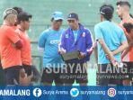 pelatih-arema-fc-joko-susilo-memberikan-instruksi-pada-pemain-dalam-latihan-di-stadion-gajayana_20170914_173832.jpg