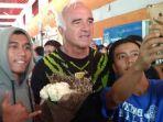 pelatih-persib-bandung-mario-gomez-tengah-dan-bobotoh-di-bandara-i-gusti-ngurah-rai-denpasar_20181017_104807.jpg