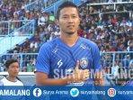pemain-arema-fc-dendi-santoso-mengenakan-jersey-home-berwarna-biru.jpg