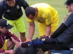 pemain-arema-fc-kurniawan-kartika-ajie-cedera-latihan-di-stadion-kanjuruhan.jpg