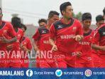 pemain-madura-united-dan-pemain-berstatus-trial-saat-menjalani-latihan-di-stadion-gelora-bangkalan_20171218_111709.jpg
