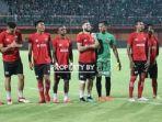 pemain-madura-united-melakukan-pemanasan-sebelum-melawan-persebaya-surabaya_20180525_210249.jpg