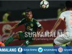pemain-persebaya-surabaya-irfan-jaya-saat-menghadapi-pemain-perseru-serui_20180326_140202.jpg