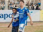 pemain-persib-kim-kurniawan-memeluk-bobotoh-cilik-galang-di-stadion-wiradadaha-tasikmalaya_20180817_094410.jpg