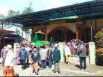 pemakaman-jenazah-rektor-unira-hasan-abadi-di-wajak-kabupaten-malang.jpg