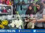 pembeli-memilih-bunga-di-toko-bunga-dahlia-floris-pasar-bunga-splendit-kota-malang_20170212_162519.jpg