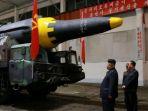 pemimpin-korea-utara-kim-jong-un-tengah-memeriksa-sebuah-rudal-balistik-antarbenua_20170614_133708.jpg