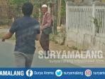 penarik-sumbangan-masjid-saddamin-50-saat-melintas-di-desa-bandung-konang-bangkalan_20180901_153933.jpg