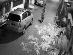 pencurian-sepeda-angin-terekam-cctv-di-jalan-ngagel-kebonsari-gang-2-surabaya.jpg
