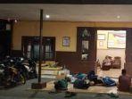 pendatang-saat-dievakuasi-di-polsek-waru-usai-bentrokan-di-desa-tambaksawah-waru-sidoarjo_20181021_113308.jpg