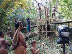 penduduk-suku-koroway-di-papua.jpg