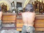 pengemis-tua-ini-tampak-berdoa-di-gereja_20180101_205259.jpg