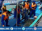 penggeledahan-kmn-loh-jinawi-di-perairan-kelurahan-pangeranan-bangkalan-sabtu-27102018_20181027_153315.jpg